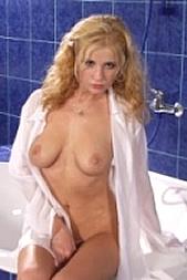 Geniesse mit ihr zusammen per SMS: 11826 Kennwort: Erotik Badenixe - 1,99 €/SMS, bezahlte Operator, keine realen Treffen